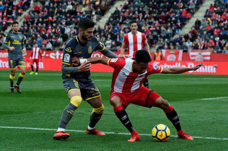 Johan Mojica protege el balón ante el centrocampista de la UD Las Palmas Hernán Toledo