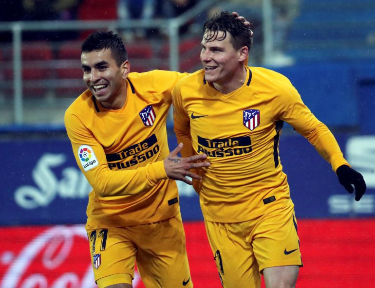 El delantero francés del Atlético de Madrid Kevin Gameiro celebra con Correa tras marcar ante el Eibar.
