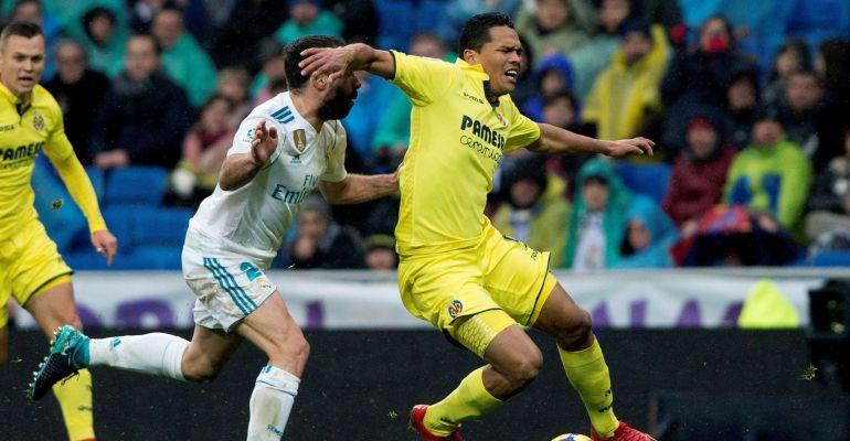 Dani Carvajal pugna por llevarse la pelota ante Carlos Bacca