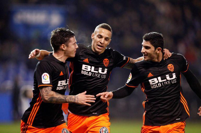 Guedes, Rodrigo y Santi Mina celebran el primer gol del Valencia
