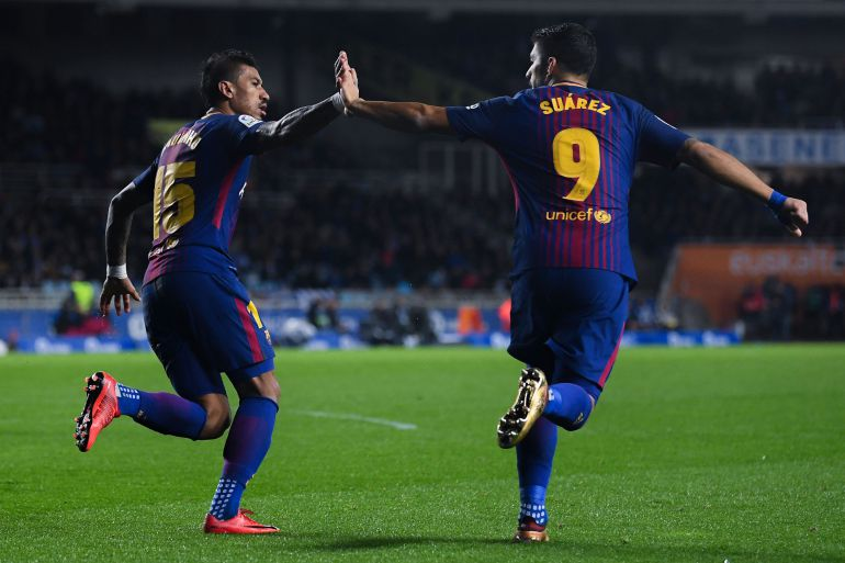 Suárez y Paulinho celebran el gol del empate del uruguayo