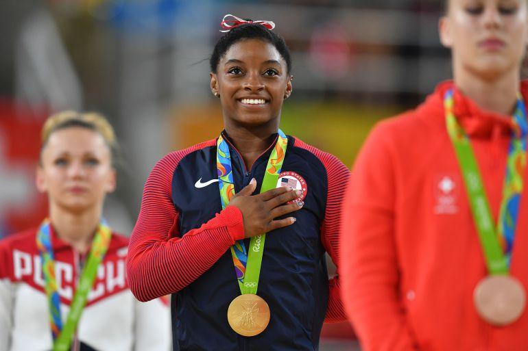 Simone Biles escuchando el himno de su país en los Juegos de Río de Janeiro