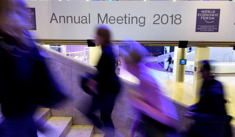 Varias personas permanecen en el interior del Centro de Congresos en la víspera de la celebración del Foro Económico Mundial de Davos.