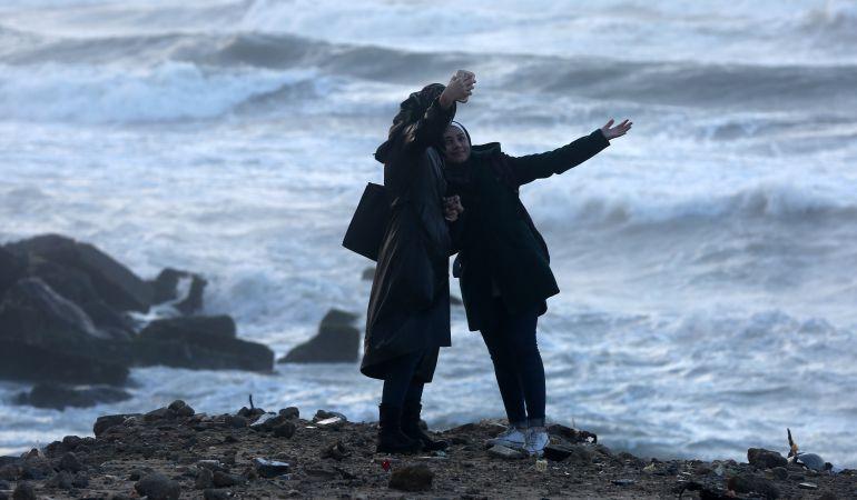 Dos mujeres se sacan un 'selfi' en Gaza.