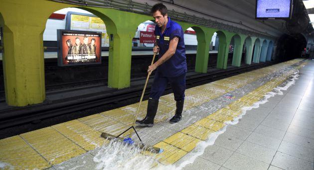 Kike Ferrari en su trabajo en el metro de Buenos Aires.