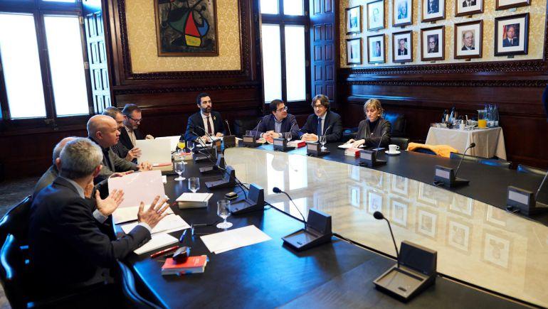 La mesa decideix sercat cadena ser for Mesa parlament