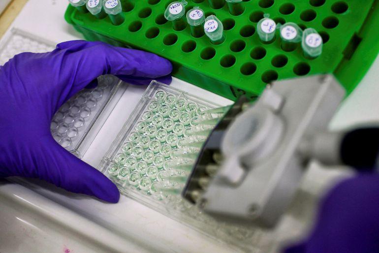 Un científico trabaja en un laboratorio de un Instituto dedicado a la investigación contra el cáncer.