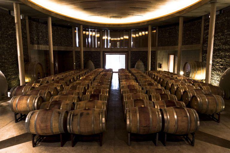 Vista general de una bodega con barriles de vino.