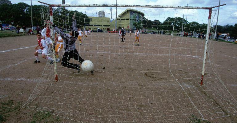 Unos niños disputan un partido de fútbol en una imagen de archivo.