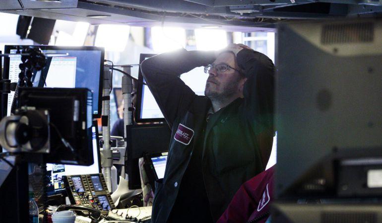 Corredores reaccionan durante el cierre de la Bolsa de Nueva York (NYSE).