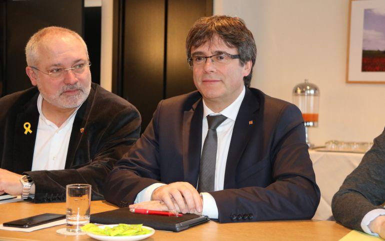 El expresidente Carles Puigdemont y el conseller Lluís Puig, durante un acto en Bruselas