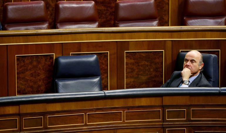 El Ministro de Economía, Industria y Competitividad, Luis de Guindos, durante un pleno del Congreso.