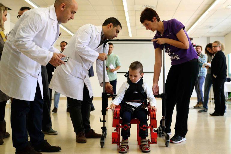 Jens, un niño de 5 años, usa el primer y único exoesqueleto pediátrico portable del mundo, desarrollado por dos empresas españolas y el CSIC. Toni Albir (EFE)