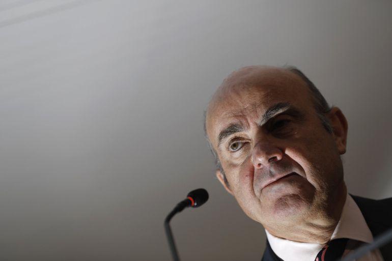 El ministro de Economía, Luis de Guindos, durante la rueda de prensa