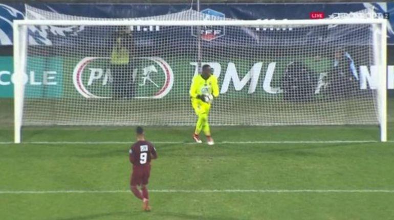 El ridículo penalti a lo panenka que le cuesta la eliminación al Metz