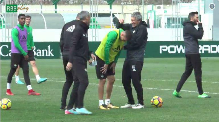 Quique Setién se ríe con Joaquín en un vídeo publicado por el Betis en sus redes sociales.