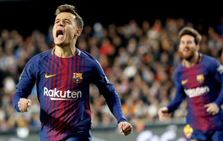 El centrocampista brasileño del FC Barcelona Philippe Coutinho celebra su gol, primero del equipo frente al Valencia CF.