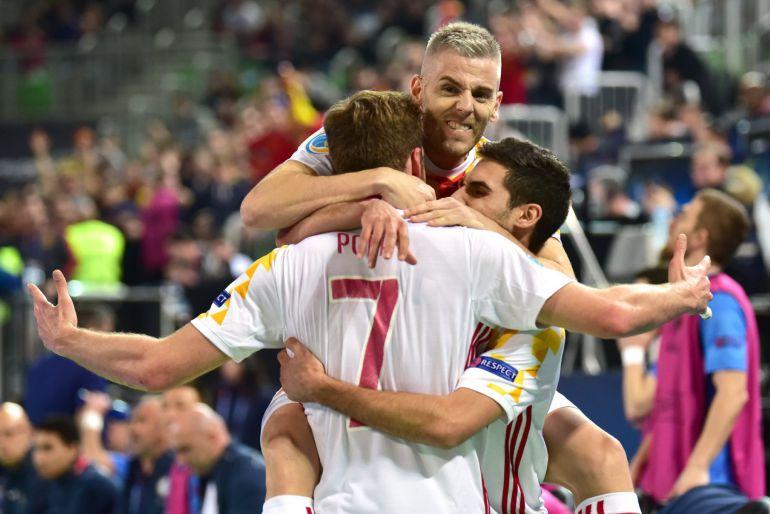 Los jugadores de la selección española celebran el gol de Pola en el encuentro de España ante Kazajistán