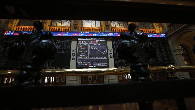 La Bolsa española duplicaba la bajada de la apertura al mediodía con una caída del 1,24 por ciento y perdía el nivel de 9.900 puntos afectada por el descenso de las plazas europeas, según datos del mercado