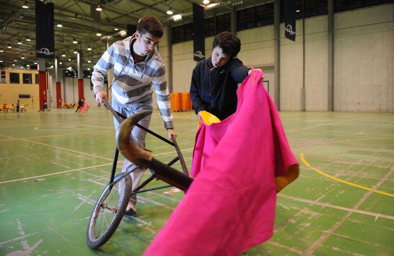 Dos menores practicando en la escuela de tauromaquia de Salamanca