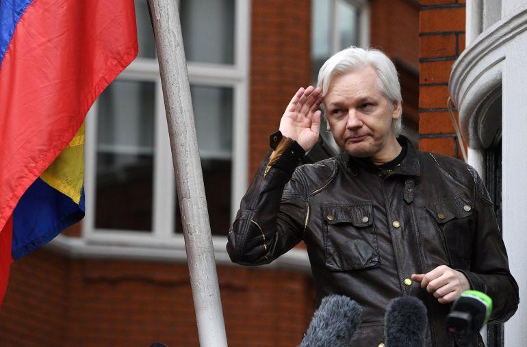Imagen del fundador de Wikileaks en el balcon de la embajada de Ecuador en Londres durante una comparecencia ante los medios de comunicación.