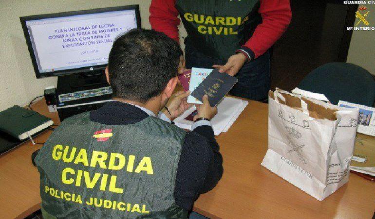 La Guardia Civil ha desarticulado en la operación 'HETERAS' a una organización dedicada al tráfico de seres humanos. Esta organización venía operando desde hacía varios años con fines de explotación sexual y laboral.