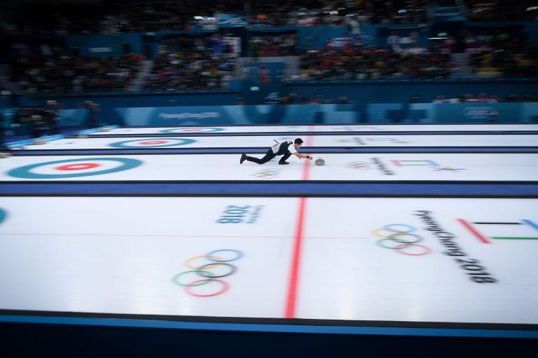 El surcoreano Lee Kijeong participa en curling