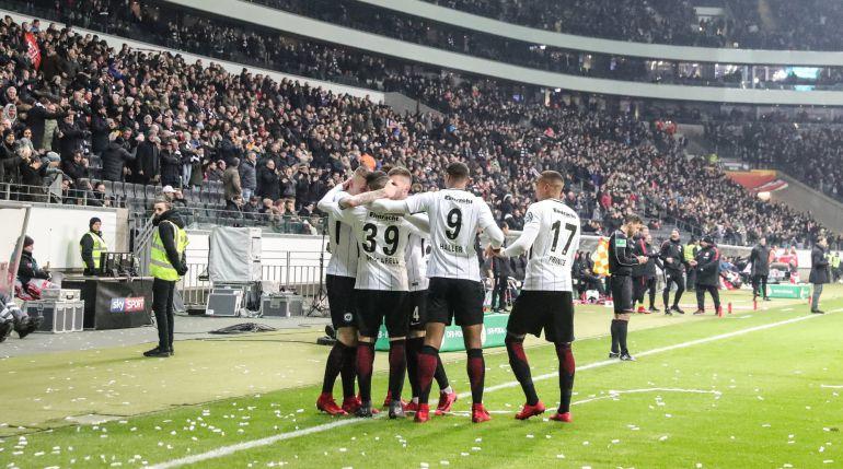 Los jugadores del Eintracht de Fráncfort celebran un gol en la Copa de Alemania.