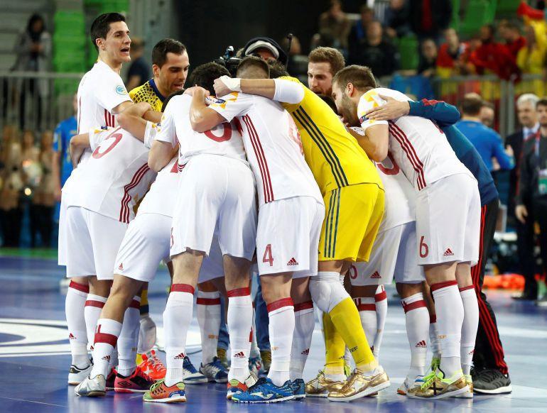 Los jugadores de la selección hacen piña tras la victoria contra Ucrania