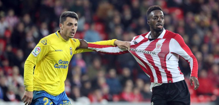 El delantero del Athletic de Bilbao, Iñaki Williams y el defensa de la UD Las Palmas, Ximo Navarro