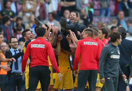 El Atlético de Madrid celebra el título de liga en el Camp Nou
