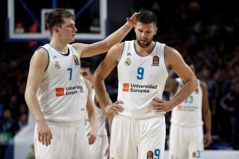 Los jugadores del Real Madrid Felipe Reyes y Luca Doncic se lamentan tras caer derrotados en el encuentro que han disputado frente a Olympiacos en el partido de Euroliga que disputado esta noche en el Wizinc Center de Madrid.