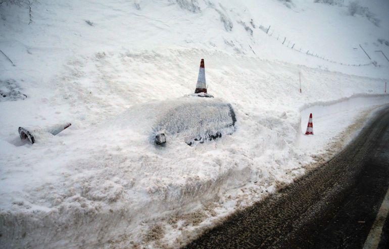 Vehículo cubierto de nieve en el pueblo de Pajares (N-630).