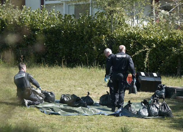 Agentes franceses examinan armamento de ETA en Saint-Pee-sur-Nivelle en una imagen del 8 de abril de 2017.