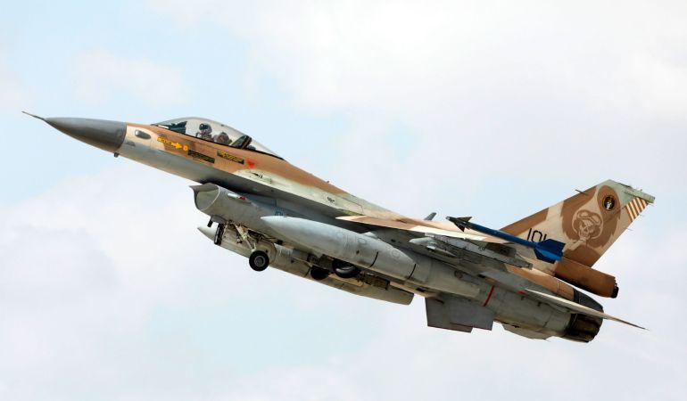 Los medios israelíes informan que un avión de combate israelí F-16 fue derribado por sistemas antiaéreos sirios.