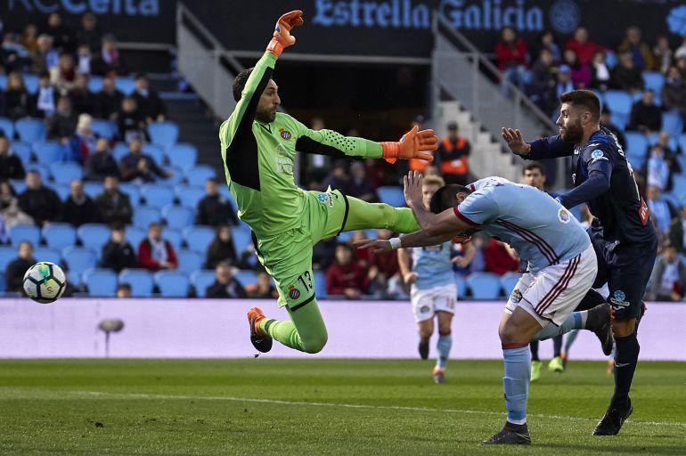 Maxi Gómez remata, en la acción de su primer gol