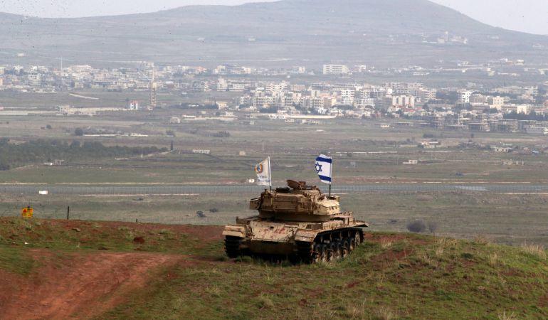 Un viejo vehículo militar en el lado israelí de la frontera con Siria, cerca de la aldea drusa de Majdal Shams en los ocupados Altos del Golán de Israel.