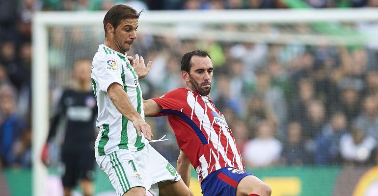 Joaquín y Godín, durante el Betis - Atlético de la primera vuelta
