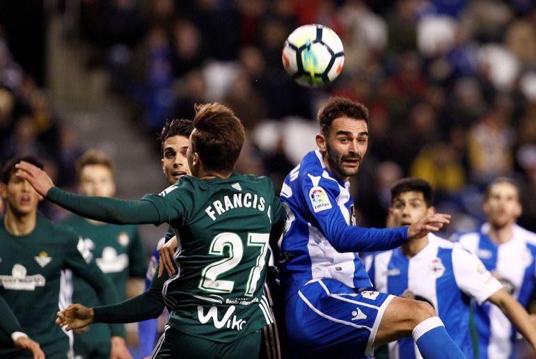 Adrián González (d) pelea un balón con el defensa del Betis Francis Guerrero en el partido de liga disputado esta noche en el estadio de Riazor.