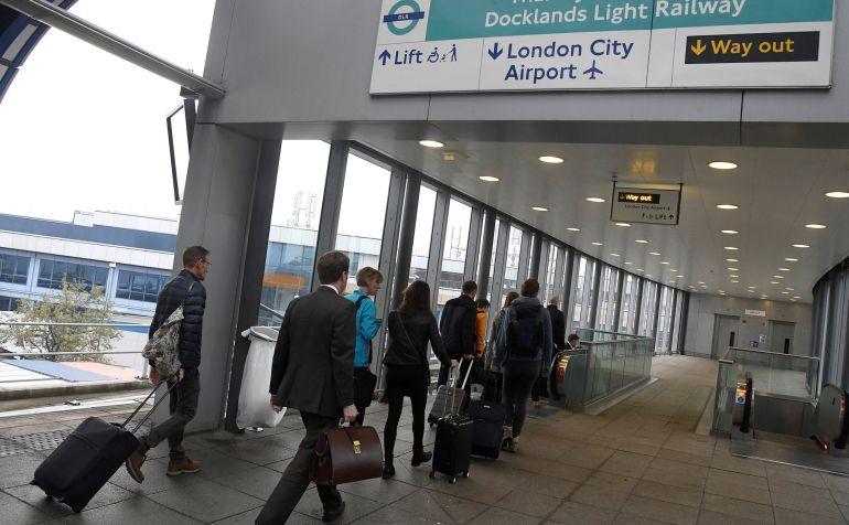 El aeropuerto más céntrico de Londres ha sido cerrado por el hallazgo de una bomba sin explotar de la II Guerra Mundial.