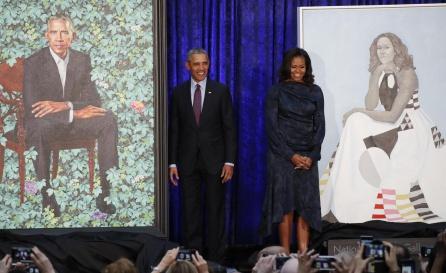 Michelle y Barack Obama posan junto a sus retratos