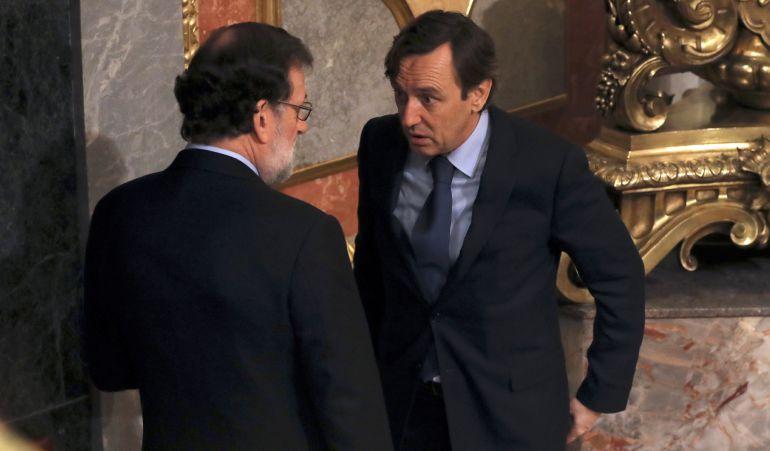 El jefe del Ejecutivo, Mariano Rajoy, conversa con el portavoz parlamentario popular, Rafael Hernando, al inicio de la sesión de control al Gobierno hoy en el Congreso de los Diputados.