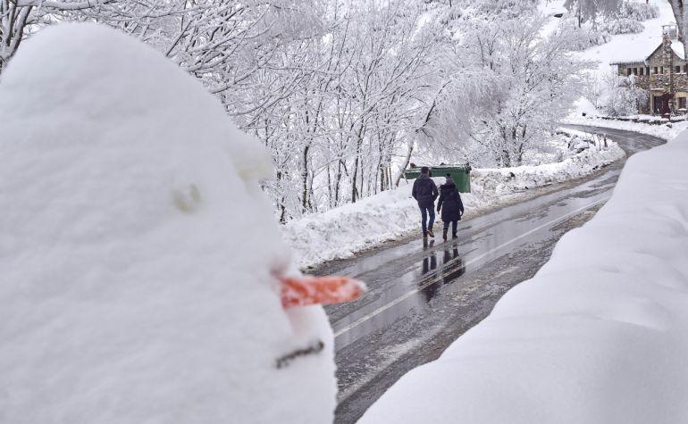 Un muñeco de nieve en la carretera LU 633 en O Cebreiro, en la montaña lucense.