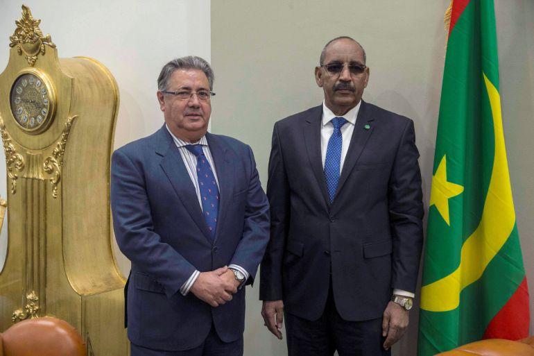 Fotografía facilitada por el Ministerio del Interior, del ministro del Interior español, Juan Ignacio Zoido (i), junto a su homólogo de Mauritania, Ahmedou Ould Abdalla (d), durante el encuentro que han mantenido en Nuakchot