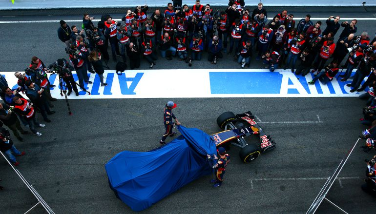 Carlos Sainz y Max Verstappen descubren el Red Bull con el que compitieron el año pasado.