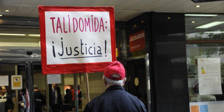 Protesta hace cuatro años en la Audiencia Provincial de Madrid, que anuló la indemnización a los afectados por la talidomida.