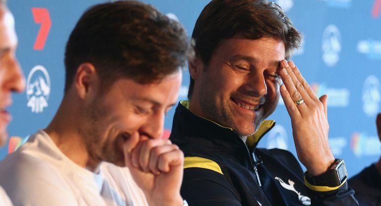 Pochettino y Mason ríen durante un acto del Tottenham