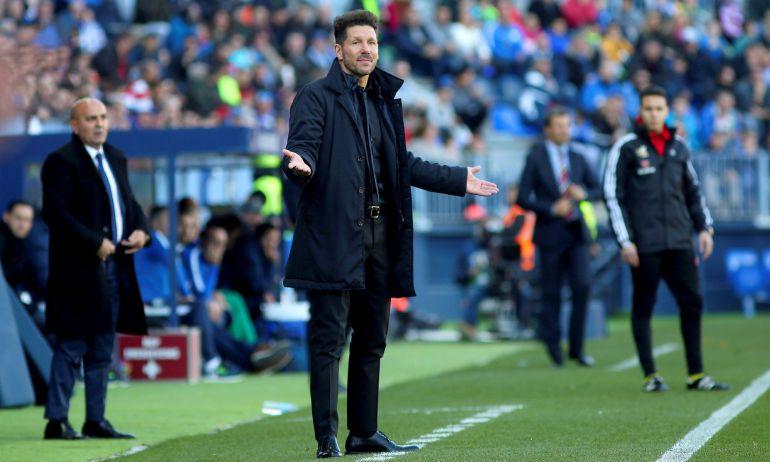 El entrenador argentino del Atlético de Madrid Diego Pablo Simeone durante el partido contra el Málaga CF, en la jornada vigésimo tercera de La Liga que se disputa en el estadio de La Rosaleda