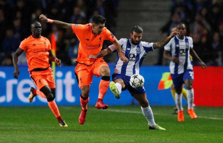 Firmino y Oliveira luchan por un balón