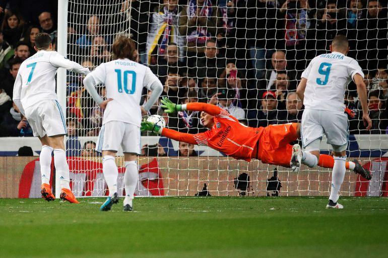 Cristiano tira a puerta desde el punto de penalti